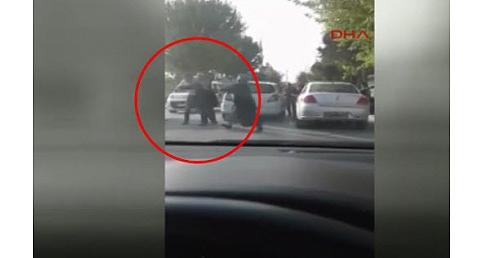 Kadın sürücü plakayı söküp adama fena daldı